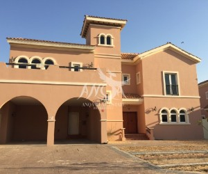 Huge Villa with Garden And Pool in Dubai Land